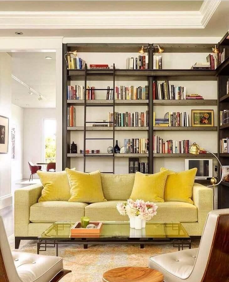 tons de amarelo para decoração de sala com estante de livros Foto Pinterest