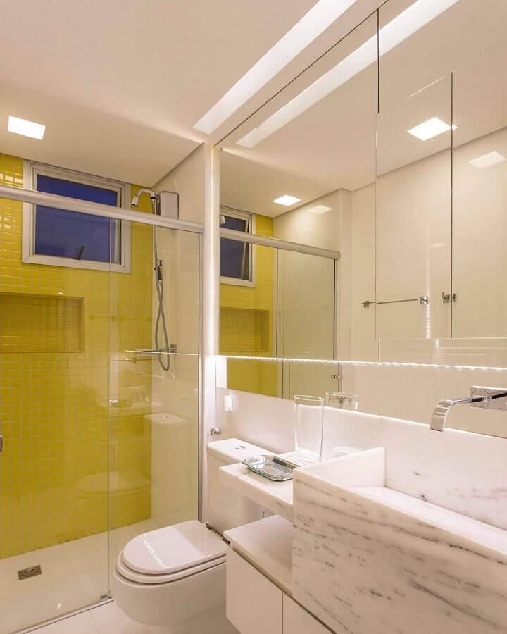 tons de amarelo para parede de banheiro branco decorado Foto Marco Reis