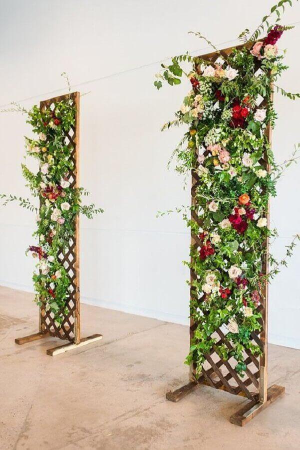 treliça de madeira decorada com flores Foto Kaila Cales Photography
