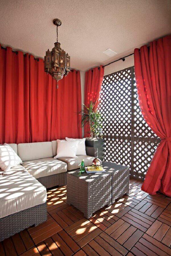 treliça de madeira para divisória de sala com cortinas vermelhas Foto Houzz