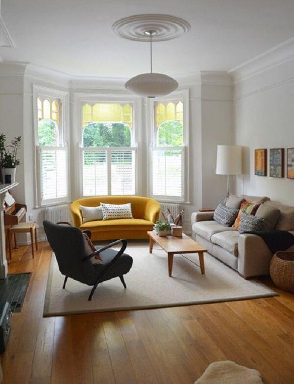 O ponto de destaque da sala é o sofá amarelo