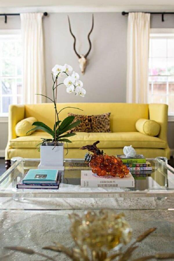 Modelo de sofá amarelo para sala de estar