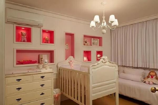 Quarto de bebê com nichos coloridos embutidos