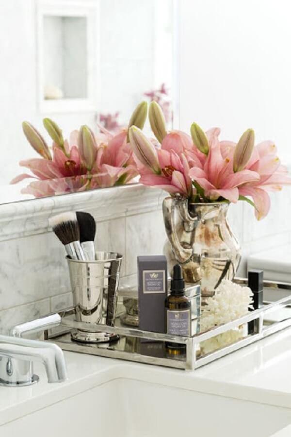Coloque um lindo arranjo de flores sobre a bandeja para banheiro