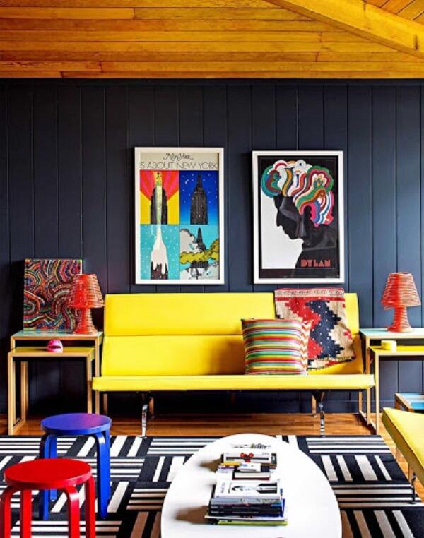 Decoração descontraída com sofá amarelo