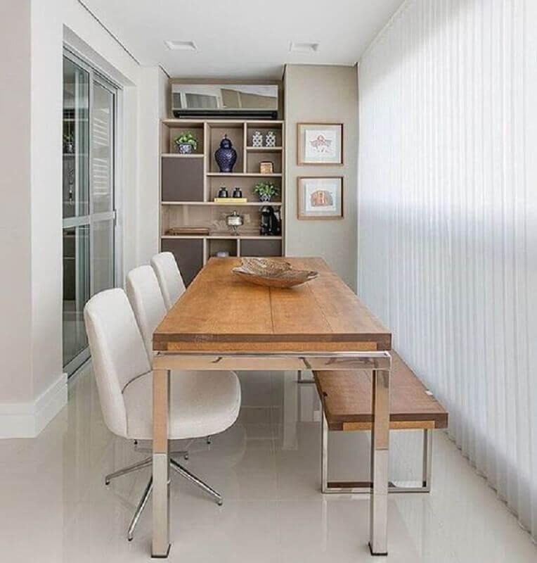 varanda gourmet decorada com cadeira branca e banco de madeira Foto Homedit