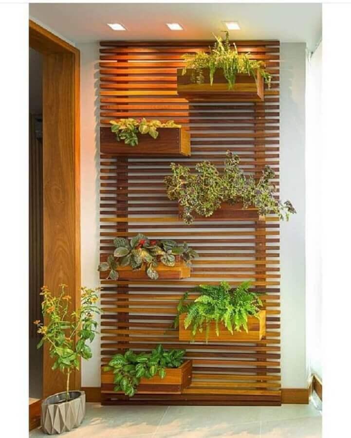 varanda pequena com treliça de madeira com vasos Foto Pinterest