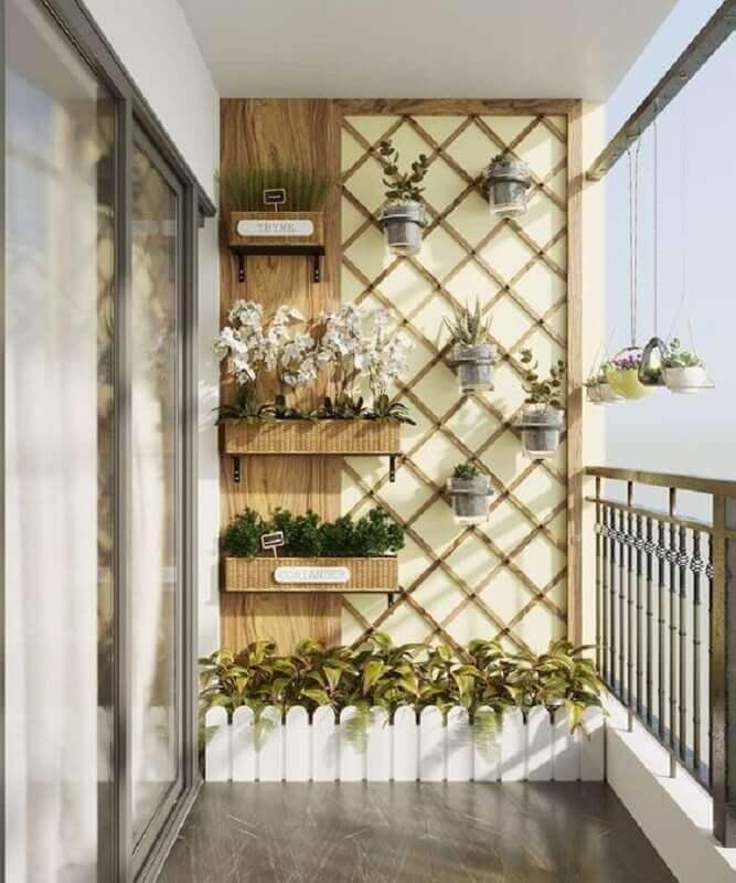 varanda pequena decorada com treliça de madeira com vasos Foto Homebezt