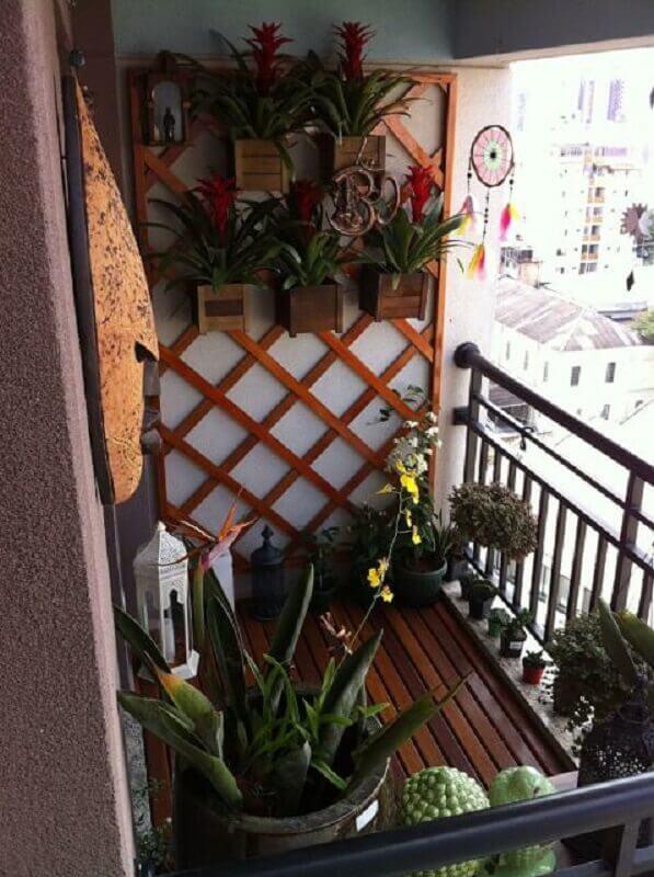 varanda pequena decorada com treliça de madeira com vasos Foto Pinterest