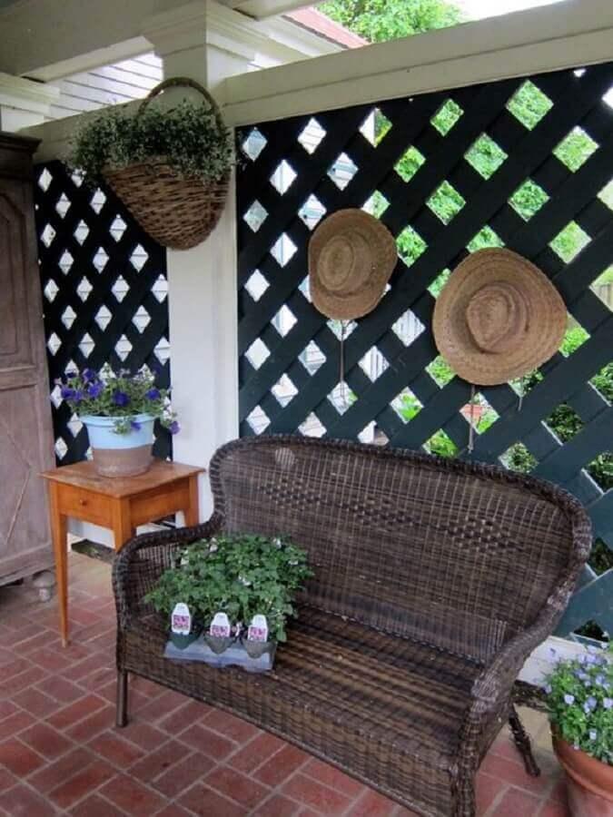 varanda simples decorada com treliça de madeira pintada de preta Foto Urban Gardens