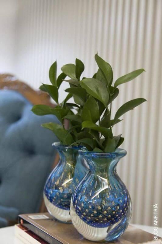 Vaso murano azul com plantas