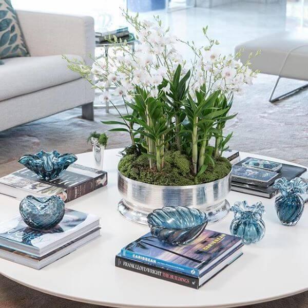 Vasos de cristal murano na mesa de centro branca
