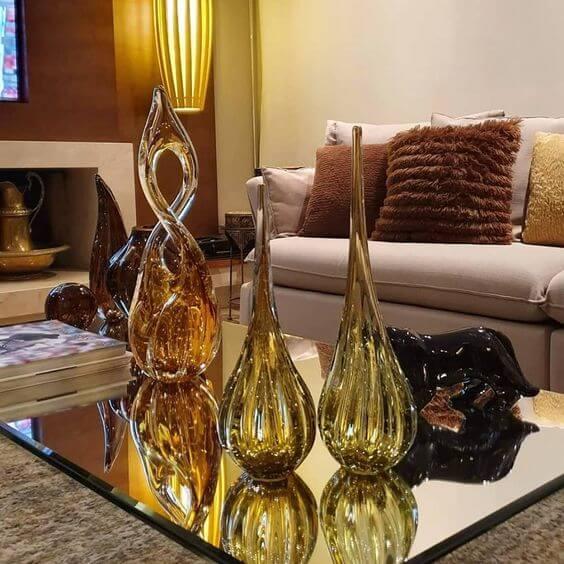 Sala clássica com vasos de cristal murano no centro de mesa