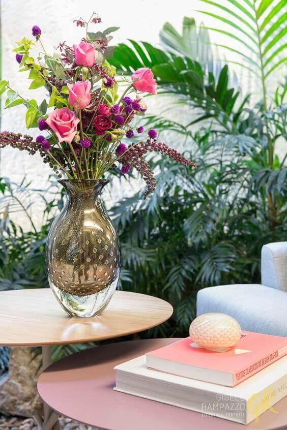 Vaso murano com flores cor de rosa