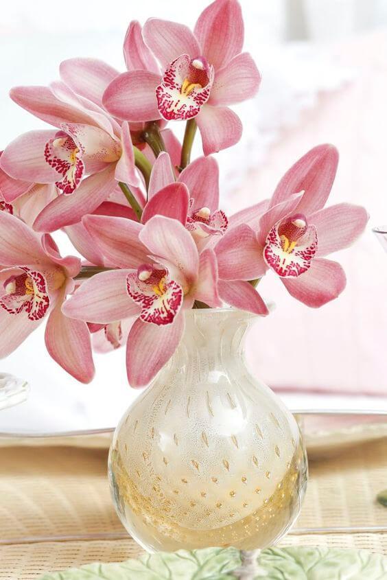 Vaso de murano com flores cor de rosa