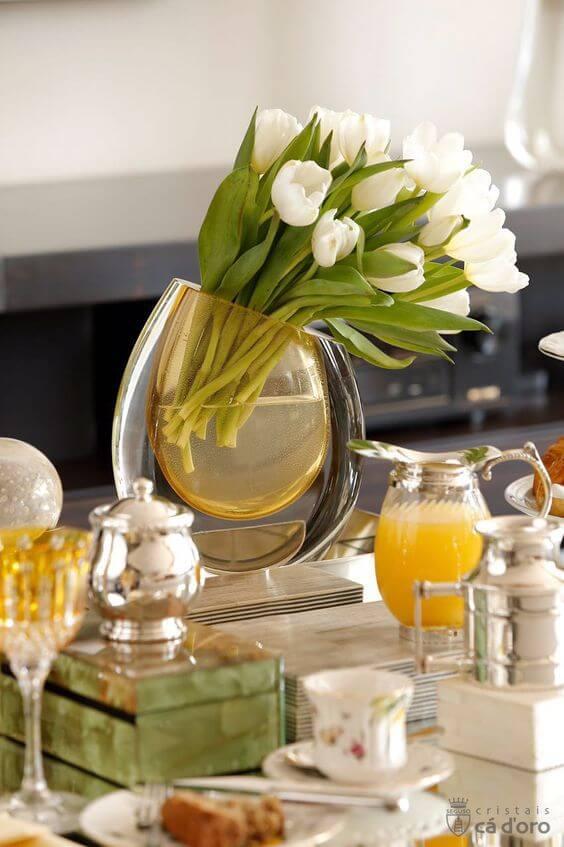 Vaso murano com tulipas para decorar mesa de café da manhã