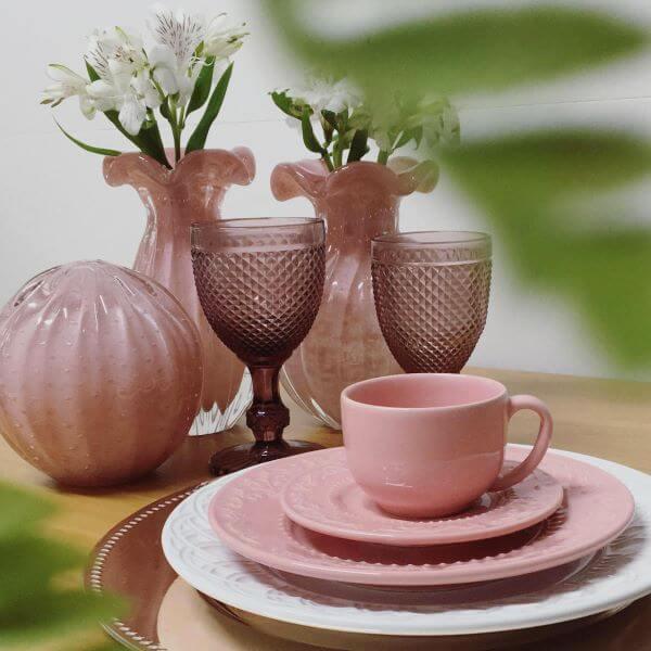 Mesa de jantar em tons de rosa