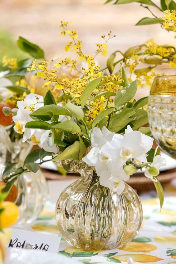 Vaso murano com flores amarelas e orquídeas brancas