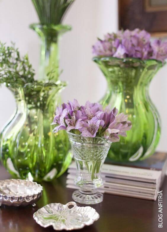 Vasos de murano verde com astromélias roxa