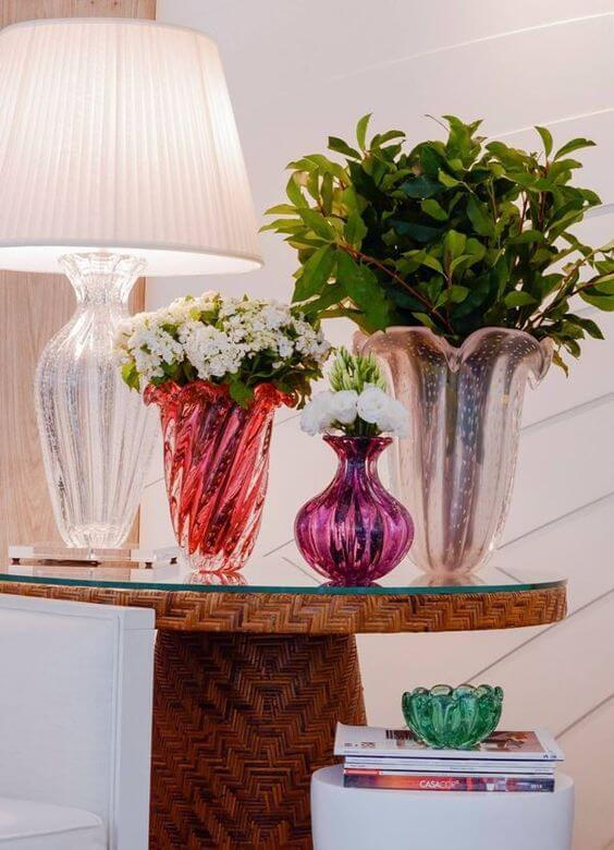 Vaso murano em tons de rosa na mesa lateral