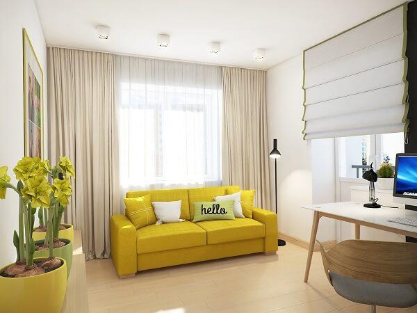 O sofá amarelo se destaca no ambiente com paredes brancas