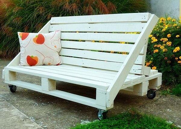 É possível sentar dos dois lados nesse banco de pallet