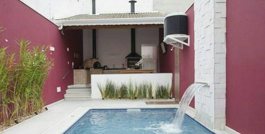área gourmet pequena com piscina churrasqueira e cascata Foto Dicas Decor