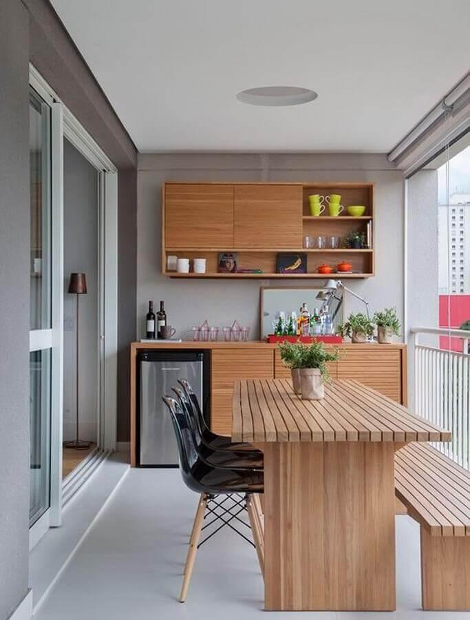 área gourmet pequena de apartamento decorada com móveis de madeira Foto Dicas Decor