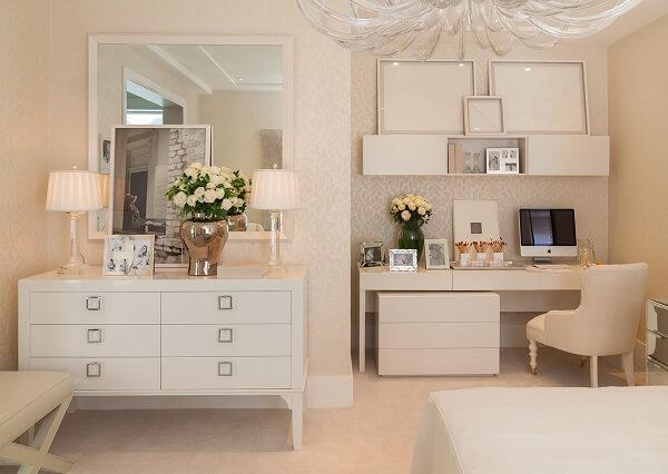 A parede branca permite misturar diferentes elementos decorativos em um mesmo ambiente