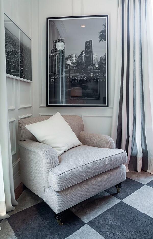Poltrona, almofada, cortina podem receber uma paleta suave, mantendo a neutralidade no quarto com parede branca