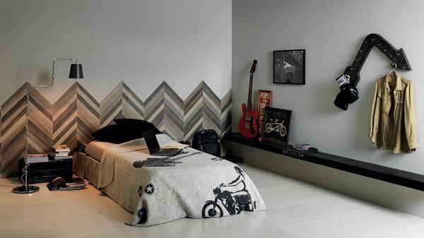 A cerâmica para quarto masculino na parede trouxe um ar descontraído ao ambiente