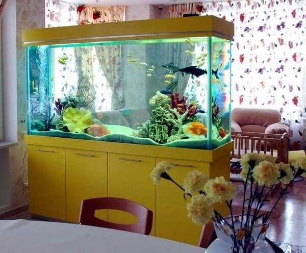 A estrutura do aquário pode ficar embutida sobre um móvel com gavetas