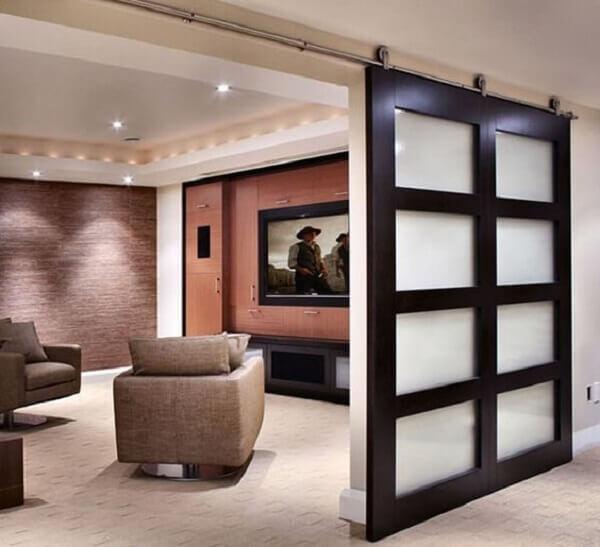 A porta de correr separa os ambientes da casa