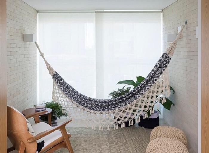 A rede de descanso dentro de casa te incentiva a criar pausas durante o dia. Fonte: Revista Casa e Jardim