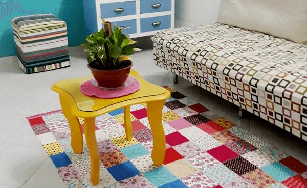 A sala fica muito mais colorida com o tapete de retalhos