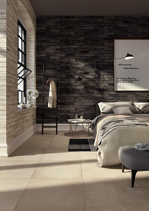A tonalidade do piso cerâmico se contrasta com a parede escura