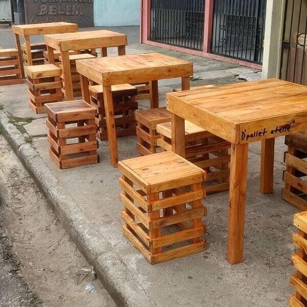 Acomode os clientes do seu estabelecimento comercial nos móveis pallet