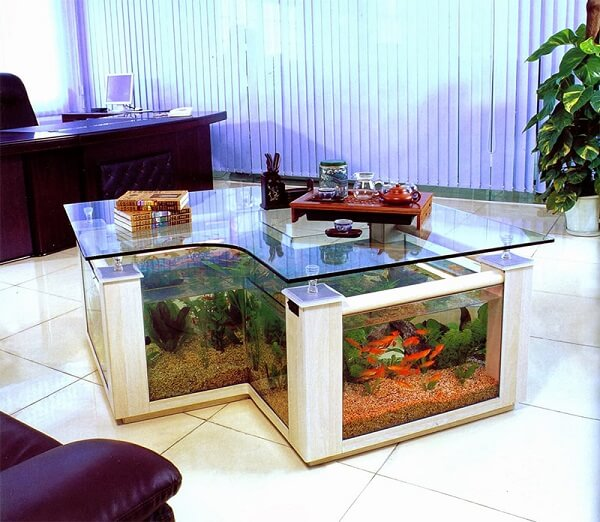 Aproveite a profundidade da mesa de centro para incluir diferentes plantas para aquário