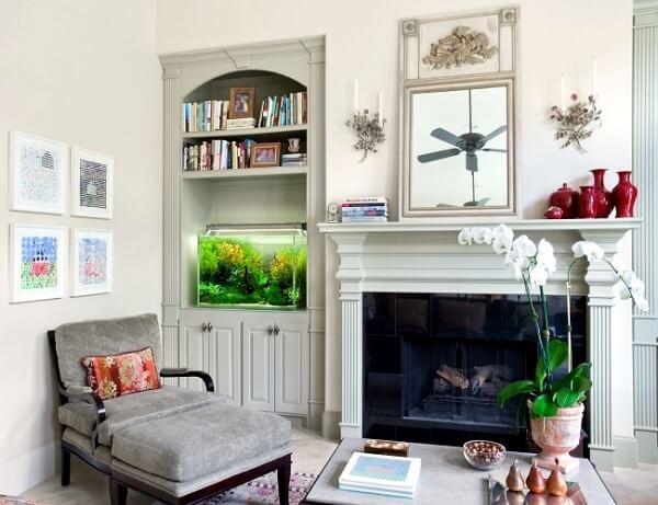 Aproveite o recuo do armário para incluir um pequeno aquário