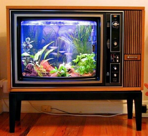 Aproveite a estrutura de uma televisão antiga para montar um lindo aquário