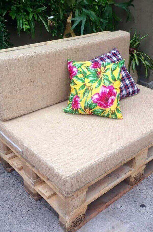 As almofadas coloridas se destacaram no banco de pallet neutro