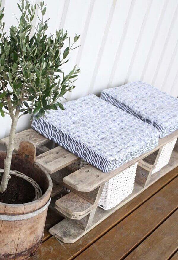 As almofadas de futon são macias e trazem conforto na hora de sentar sobre o banco de pallet