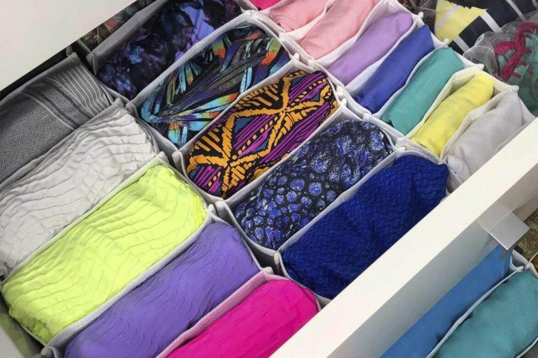 As camisetas podem ser separadas por cor ou estampas na colmeia organizadora