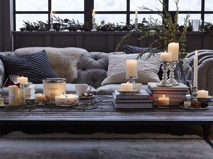 As luzes das velas trazem um toque intimista para o décor. Fonte: Simplichique
