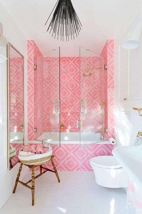 Banheiro rosa com box de abertura diferente