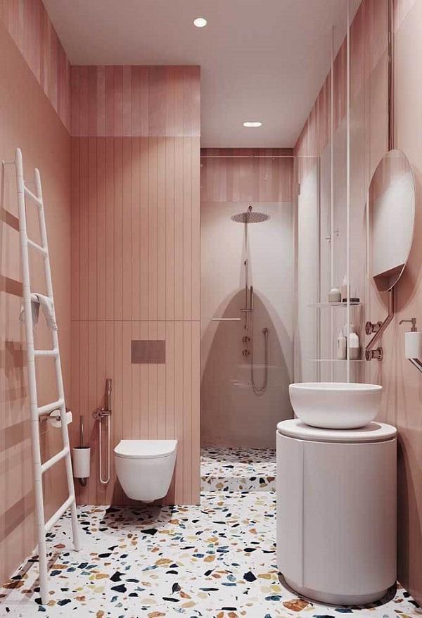 Banheiro rosa com escada branca