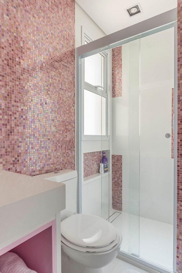 Banheiro rosa com pastilhas furta cor e nicho branco e rosa