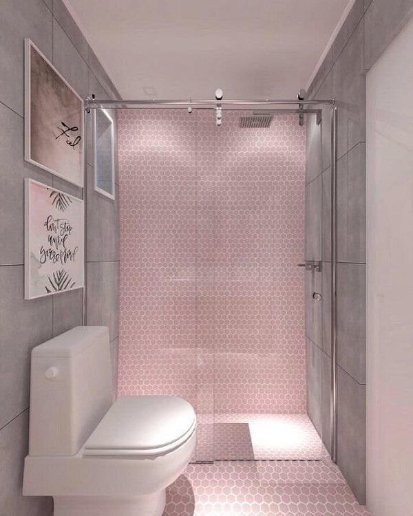 Banheiro rosa com revestimento e quadros