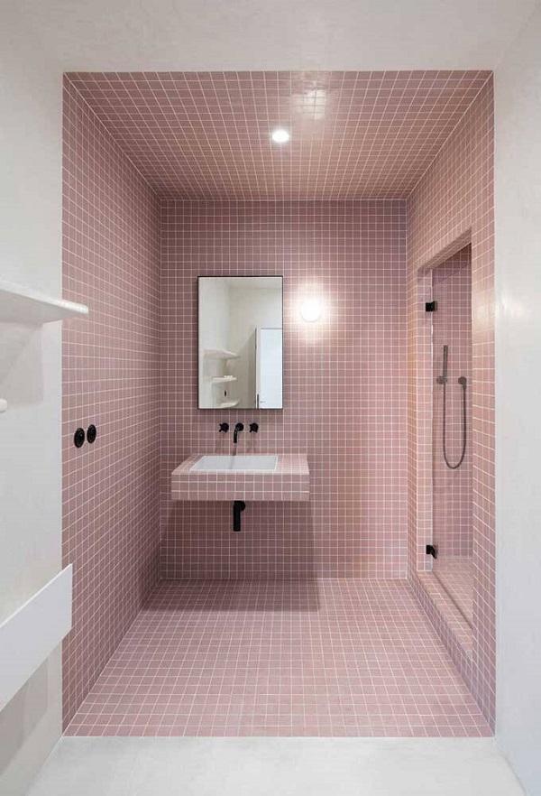 Banheiro rosa com revestimento rosa
