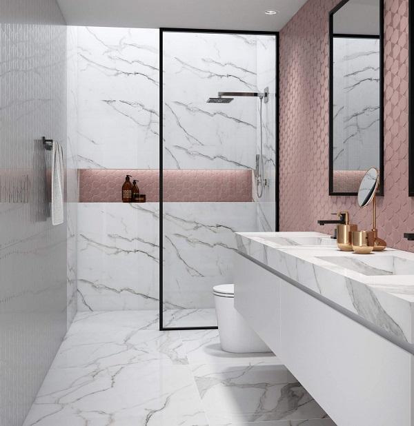 Banheiro rosa com revestimento rosa e detalhes em preto e bancada branca